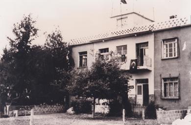 399d3fa67a8b8 Özel Adana Koleji Ortaokulu, 1960-1961 eğitim öğretim yılında 2 şube ve 63  öğrenciyle Adana Şakirpaşa Havaalanı civarındaki binasında eğitim-öğretime  ...